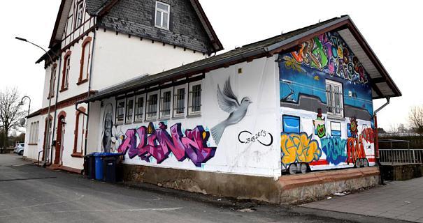 Was mit den Graffitis geschieht, wenn der Bahnhf in Rodheim umgestaltet wird, muss noch diskutiert werden. Sozialdemokrat Fabian Hassebrock setzt sich für den Erhalt des Gedenkbildes auf der Vorderseite des Gebäudes ein.