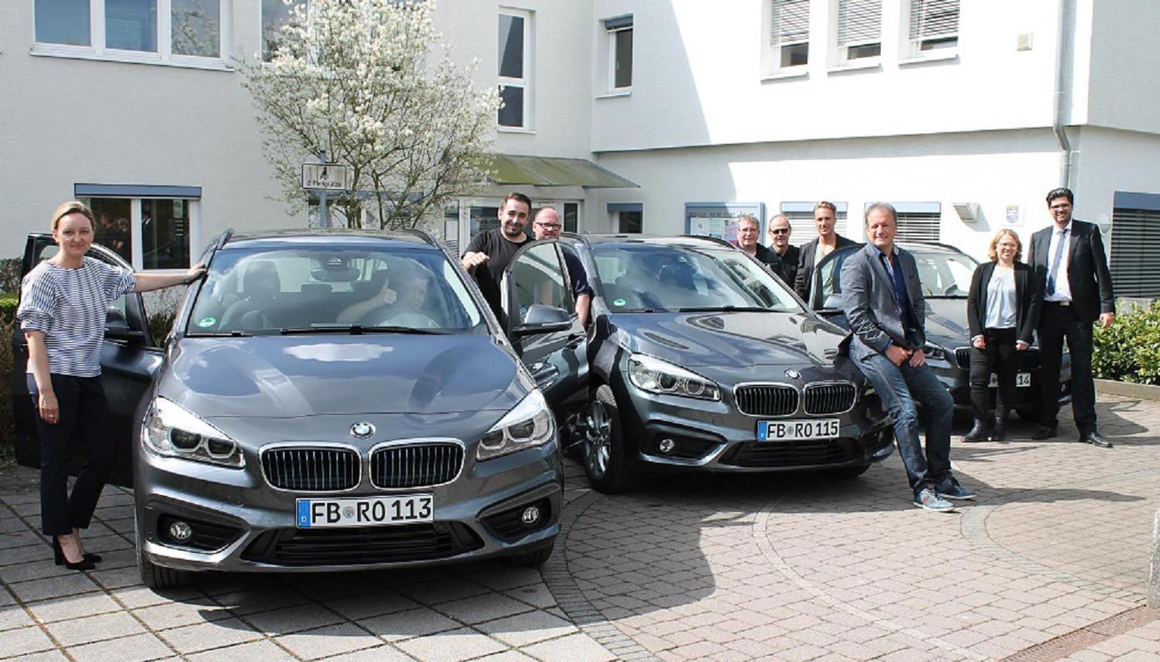 Bürgermeister Thomas Alber (3. v. r.) und Sven Poenitz (r.) , Teamleiter Verkauf im Autohaus Bilia, präsentieren mit Mitarbeitern der Rosbacher Stadtverwaltung die neuen Hybrid-Fahrzeuge. (Foto: pv)